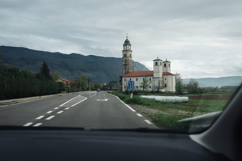 Pogled na Vipavsko dolino skozi avtomobilkso okno.
